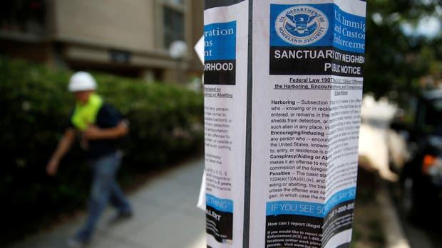 Los panfletos instaban a denunciar indocumentados para que puedan ser detenidos por el Servicio de Inmigración y Control de Aduanas (ICE)