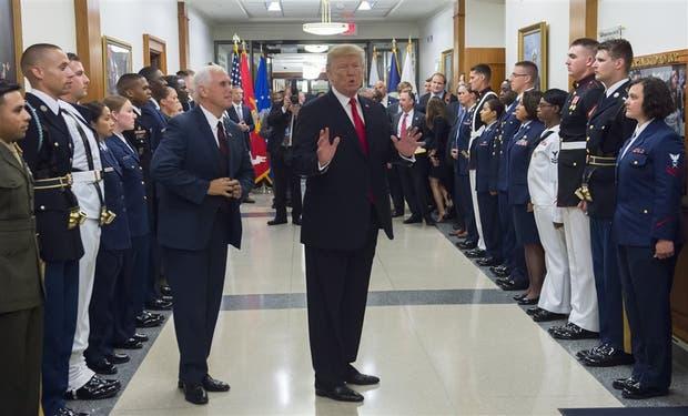 Trump y su vicepresidente, Mike Pence, ayer, en una visita al Pentágono