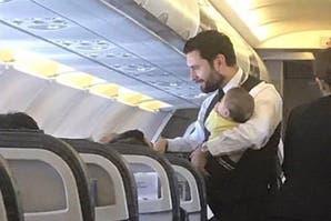 La foto de un comisario de abordo con un bebé en brazos que se volvió viral