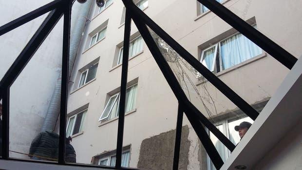 El lugar donde impactó el estudiante luego de caer de un 4° piso en el hotel interlaken de Bariloche