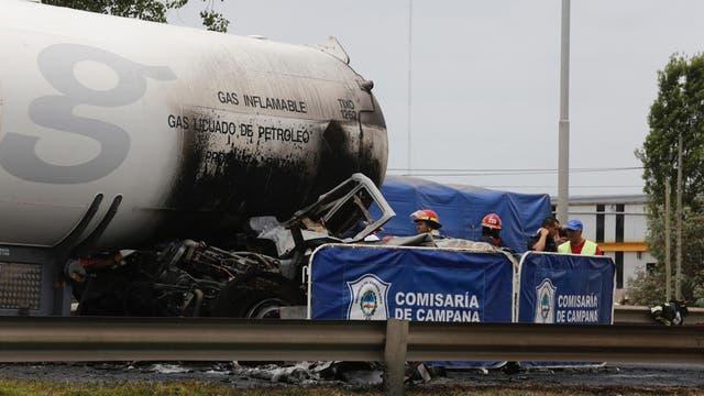 Un camión Mercedes Benz realizó una mala maniobra y chocó contra un camión de la empresa Liquigas, que transportaba gas butano