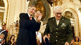Kirchner felicita al coronel Cesio, a quien restituyó el cargo del que había sido despojado por la dictadura