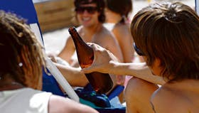 En las playas marplatenses, cualquier horario parece bueno para tomar cerveza, una de las bebidas preferidas por los jóvenes