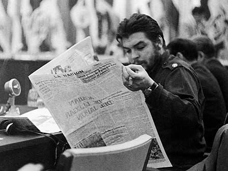 En 1961, leyendo un ejemplar del diario LA NACION en Punta del Este. Foto: Fotografía del libro Che Guevara, la vida en juego