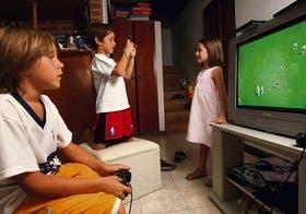 Tomás Panelli, Martín Massera y Dolores Panelli juegan con la PlayStation y se sacan fotos digitales