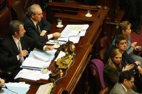Julio Cobos preside la sesión del Senado; Lubertino, la titular del Inadi, festeja la sanción de la ley