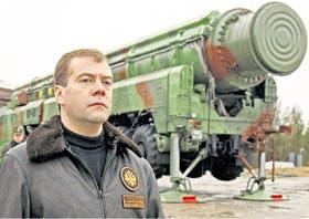 Medvedev posa junto a un misil balístico Topol en la ciudad rusa de Plesetsk, en octubre pasado