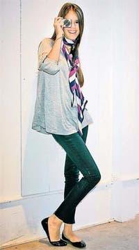 Remera manga 3/4, jeans, bufanda de lana y ballerinas de charol (Akiabara, $ 78, $ 98, $ 128 y $ 198). Foto: Mariano Vega