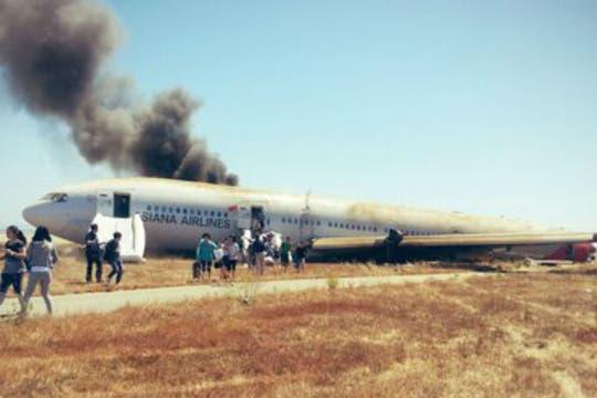 El aparato, en el que viajaban unas 290 personas perdió su cola al momento del aterrizaje forzoso y se incendió. Foto: Twitter / @Eunner
