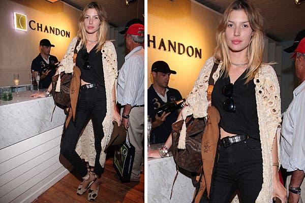 Con un look sobrio pero canchero, en negro y beige, Chloe Bello posó en la barra del Chandon Bar en el Abierto de Polo. Foto: Feedback PR