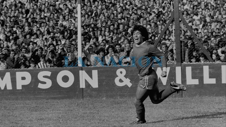 13-4-1979; festejo de gol frente a River en la cancha de Ferro; fue en un triunfo por 3 a 1 y metió dos goles. . Foto: LA NACION