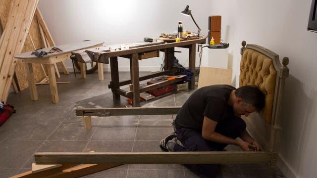 Dormitorio. Gabriel Baggio aprende distintos oficios en sus performances: aquí repara su cama con la ayuda de su padre
