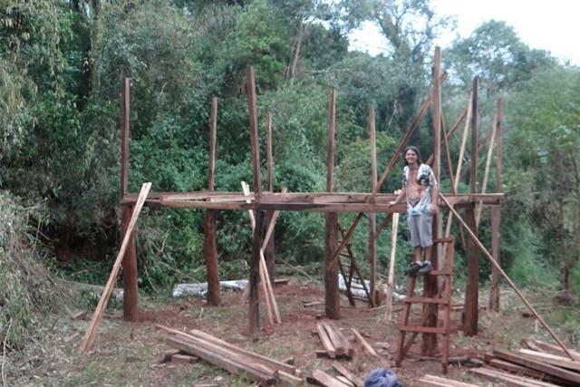 Matías construyó la casa con ayuda de los vecinos
