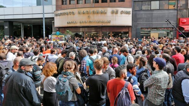 Protestas en la puerta del Incaa en contra de la intervención del Instituto y del vaciamiento del fondo de fomento y de la cultura