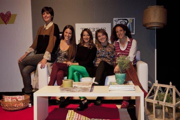 Parte del equipo que hace la revista con Silvina. Foto: Matías Aimar