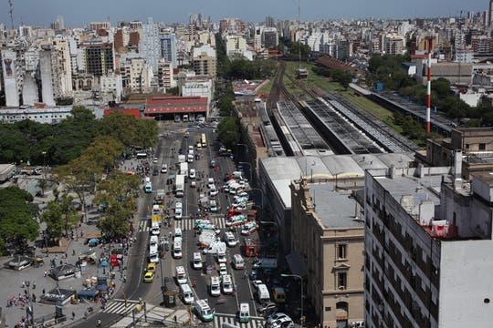 Un tren de la línea Sarmiento no logró frenar al llegar a la estación y chocó contra el andén. Foto: LA NACION / Ricardo Pristupluk