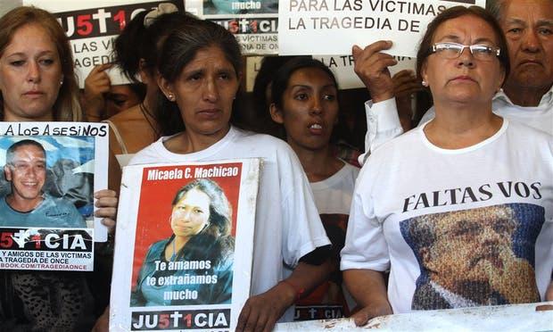 'Faltás vos': desde remeras estampadas, los allegados a las víctimas apuntaron contra Julio De Vido