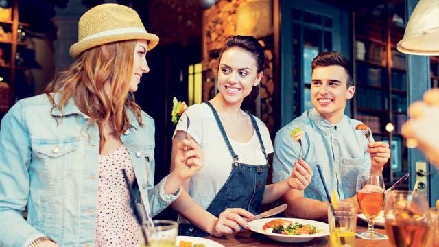 Descubrir nuevos restaurantes con amigos siempre es un buen programa