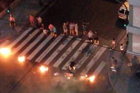 Vecinos cortan Avenida La Plata y Rosario, en Caballito, para reclamar por la falta de luz