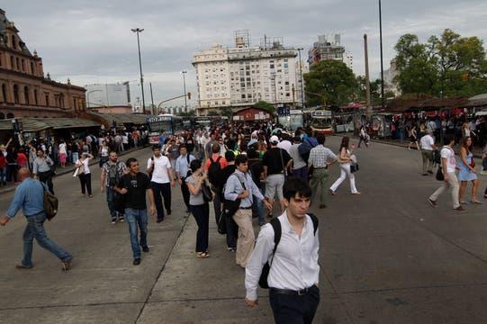 En Constitución las pasajeros salieron en busca de otra alternativa para viajar. Foto: LA NACION / Aníbal Greco
