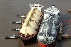 Buque regasificador que trae al país las compras al exterior de gas natural licuado