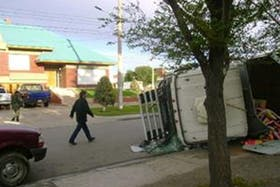 Una imagen del sábado 28 de abril de 2007, cuando un hombre volcó su camión frente a la casa de los Kirchner en Río Gallegos