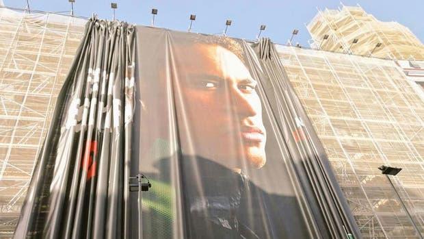 Quitan una publicidad de Neymar en el centro de la ciudad de Barcelona