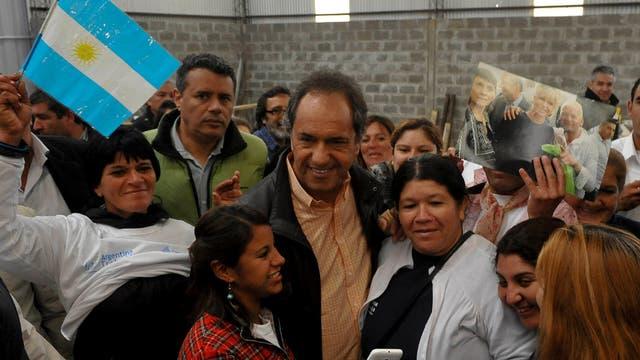 Scioli, ayer, en una recorrida por José C. Paz, en el conurbano