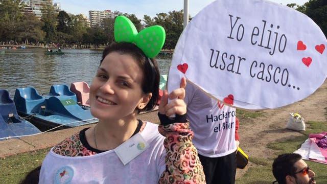 Desde Ultreya, Analía organizó una actividad en el Rosedal sobre la importancia de usar cascos para bicicleta