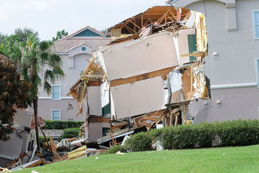 Un inmenso socavón provocó el derrumbe  de un edificio y el hundimiento de otro en un complejo turístico en el centro de Florida, cerca de Disney World. Foto: AFP