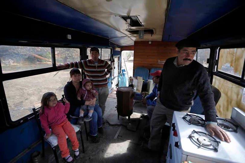 Hernán Valenzuela, poblador que perdió su casa, ahora vive en un colectivo prestado en El Hoyo, Chubut. Foto: LA NACION / Emiliano Lasalvia