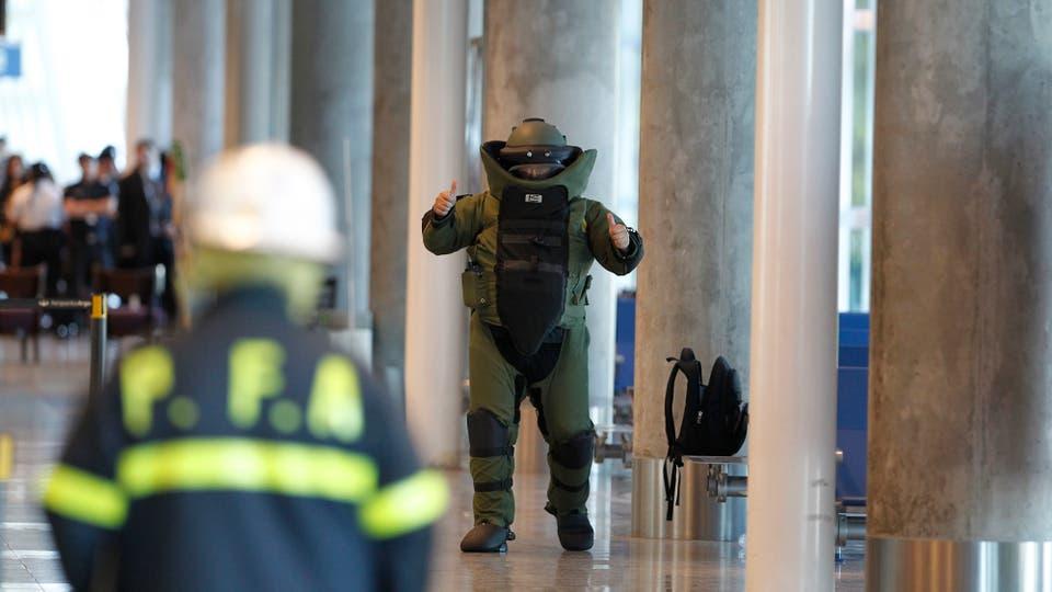 El operativo anti explosivos en el hall del primer piso de Aeroparque Jorge Newbery por dos bolsos olvidados sobre un banco que demoró la inauguración. Foto: LA NACION / Rodrigo Néspolo