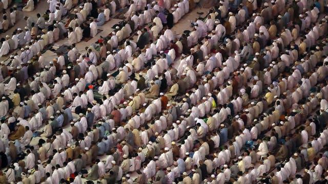 Los hombres deben vestir con túnicas blancas de tejidos simples y sin adornos durante todo el peregrinaje. Las mujeres llevan prendas sueltas, se cubren el pelo y prescinden del maquillaje y el esmalte de uñas para alcanzar un estado de pureza espiritual