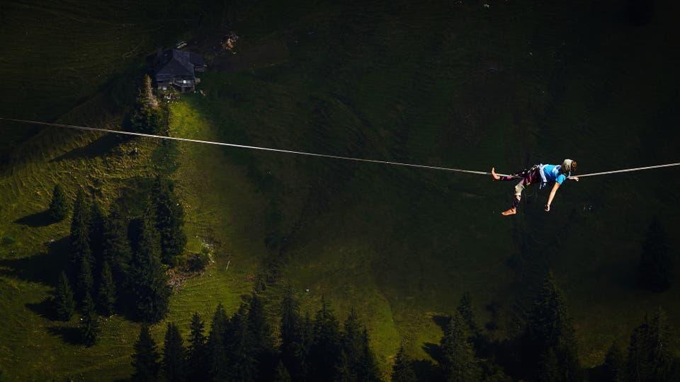 Cincuenta de los mejores slackliners del mundo compiten hasta el 17 de septiembre en el Highline Extreme en la montaña de Moleson, Suiza. Foto: AFP / Michael Buholzer