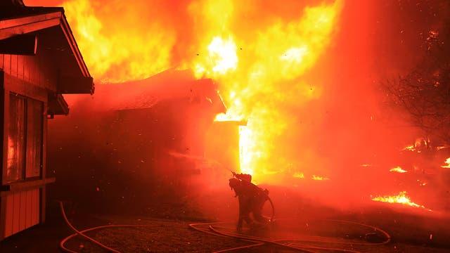 Los bomberos trabajan incansablemente para combatir las llamas que son avivadas por os fuertes vientos