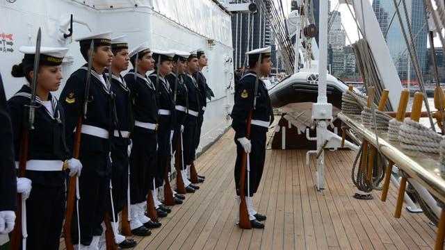 Todos en cubierta y con los uniformes especiales para recibir o despedir autoridades