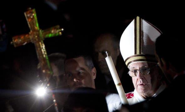 El Papa encabezó la vigilia pascual en el Vaticano; una de las ceremonias más simbólicas de la Semana Santa.