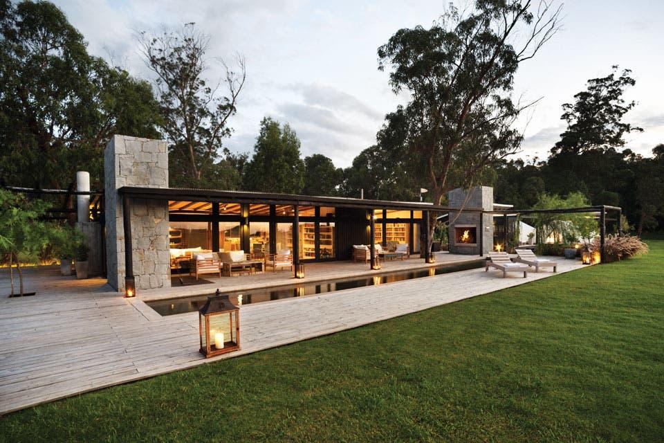 Una casa con interiores cálidos y rodeada de verde