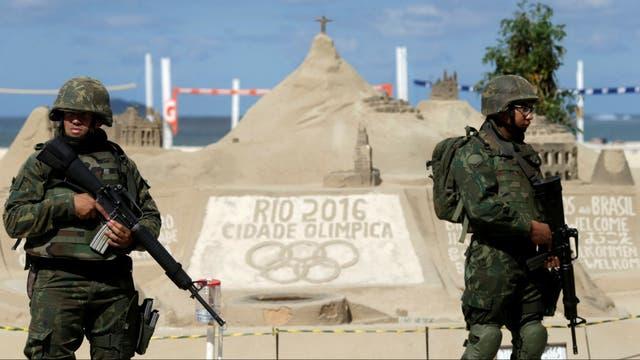 Controles militares en las playas de Río