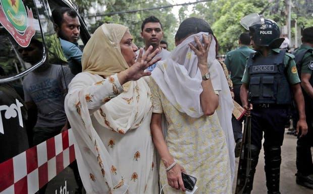 La madre de una de las víctimas, ayer, luego de la toma de rehenes en Dacca