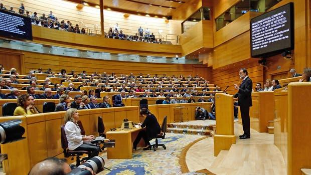 El Senado español aprueba la intervención de Cataluña tras la declaración de la independencia