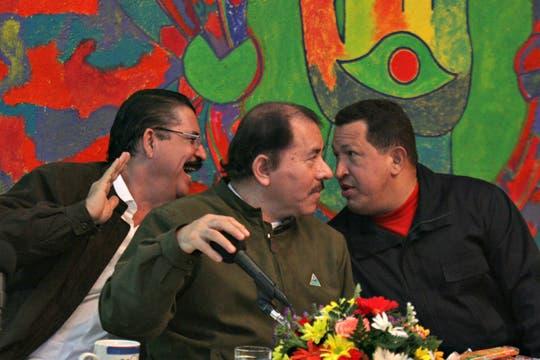 Junto al presidente de Honduras Manuel Zelaya y Daniel Ortega de Nicaragua, en Managua, junio de 2009. Foto: Archivo