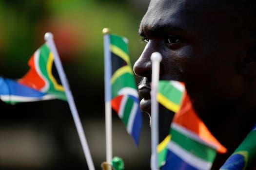 Un hombre observa el paso de la caravana. Foto: Reuters
