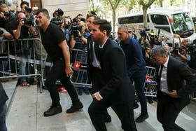 Dady (izquierda) acompaña a Messi a declarar