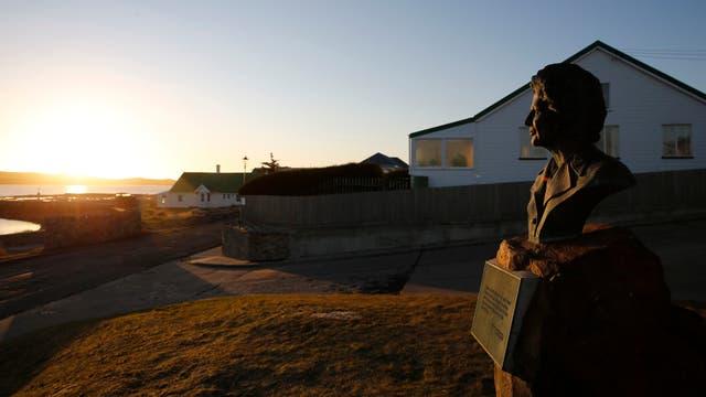Monumento a Margaret Thatcher en la entrada a Puerto Argentino. Foto: LA NACION / Mauro V. Rizzi