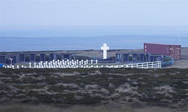 Un container y excavadoras ya están listos para trabajar en el cementerio de Darwin, en las islas Malvinas