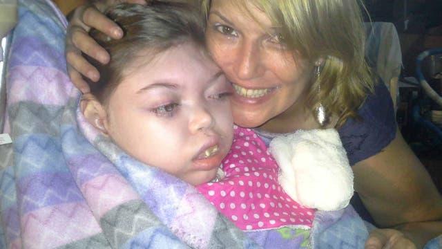 Para la mamá de Katrina, el cannabis medicinal provocó un milagro: su hija estás más conectada y puede jugar con ella