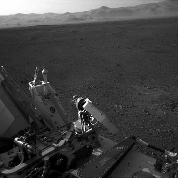 Imagen en blanco y negro que tomó Curiosity sobre el horizonte marciano. Foto: Reuters