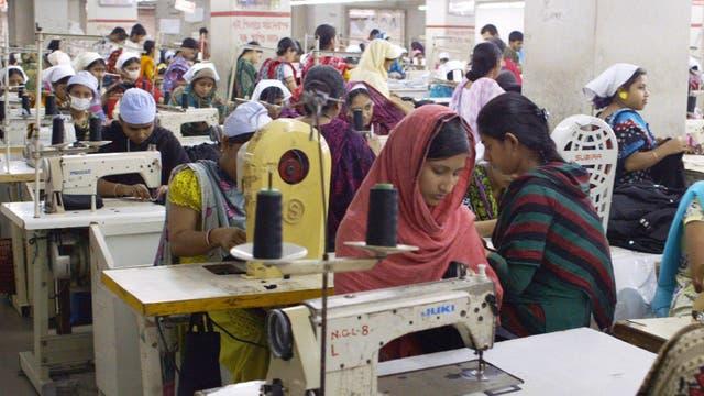 Trabajar a destajo, una constante en la industria textil que se pone de manifiesto en esta película