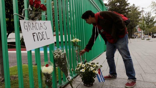 Un cubano deposita flores en la puerta de la embajada de Cuba en México
